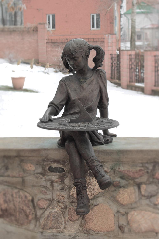 Девочка у детского музея в Полоцке